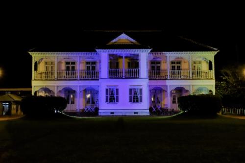 世界遺産「宮原坑」をブルーにライトアップ