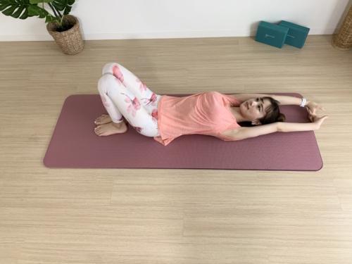 仰向けに寝て両脚は立て膝、両手は頭の上に伸ばし手の指を組む。