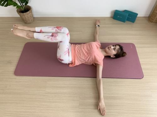 仰向けのまま脚を立膝に。膝を閉じたままゆっくりと脚を上げて、膝の角度は90度にする。