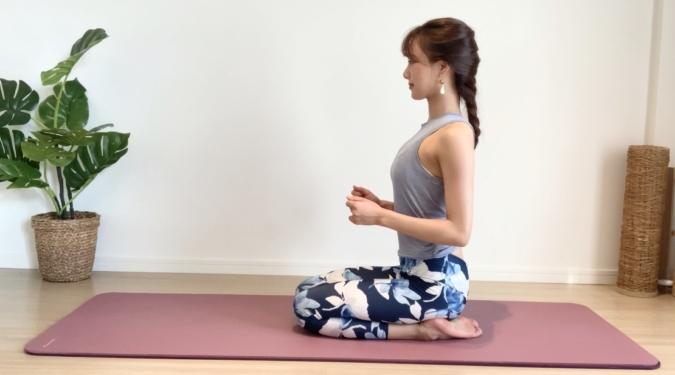 正座の姿勢に座って肘を曲げる