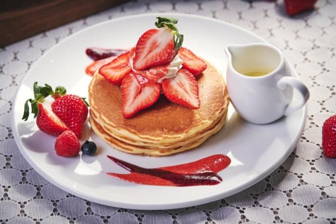 キャンベル・アーリー/ふわふわのミルクパンケーキに博多あまおうがたっぷりのった『あまおうのホワイトチョコレートパンケーキ』