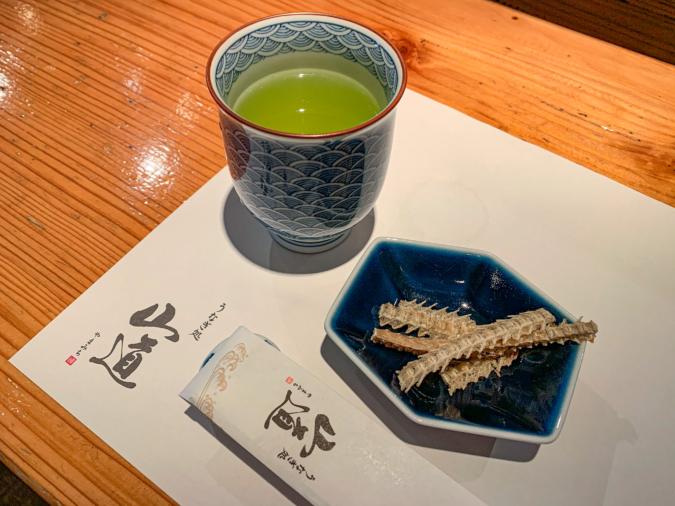 緑茶と骨せんべい