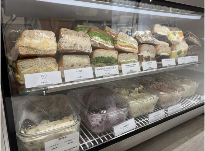 DIG INN(ディグイン) ベーグルサンドが常時8種類程度、クリームチーズが常時5種類並ぶショーケース