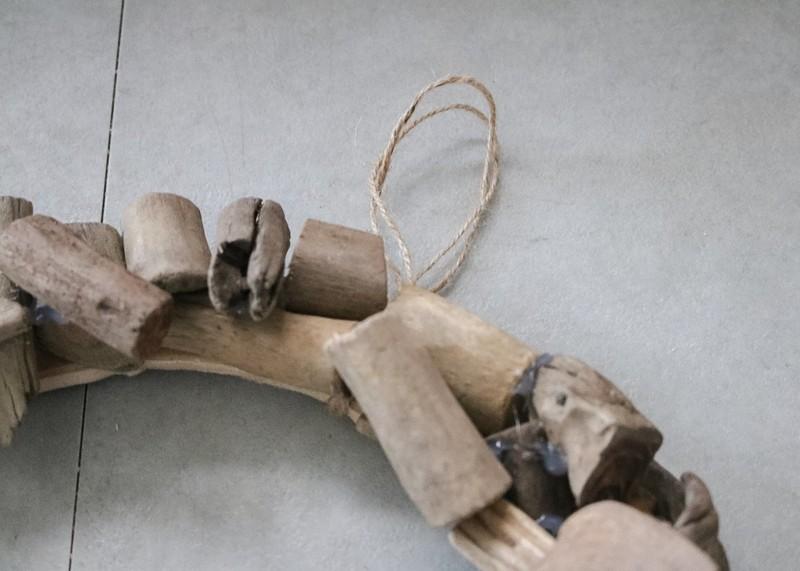 流木で作るクリスマスリース 紐を通す