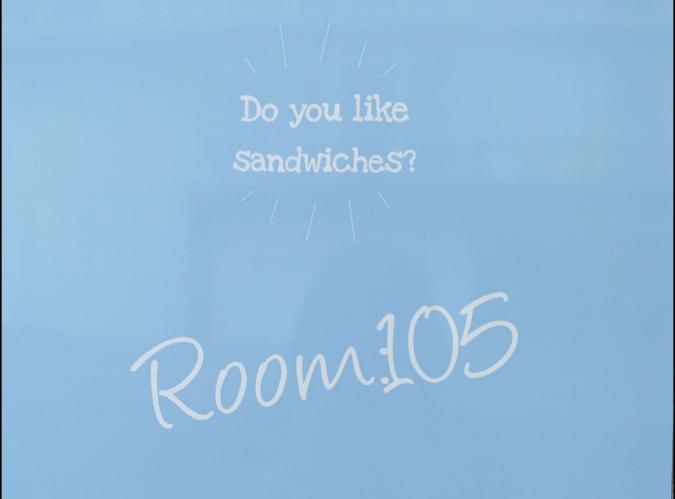 Room:105(ルーム105) 看板