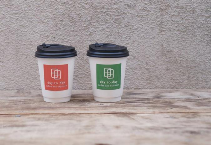 テイクアウトカップ 『day to day coffee and espresso』(デイトゥーデイコーヒーアンドエスプレッソ)