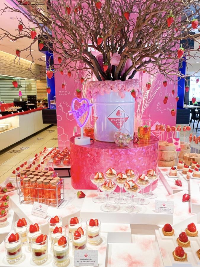 ANAクラウンプラザホテル福岡「いちごの研究所 Pink Lab」メインテーブル