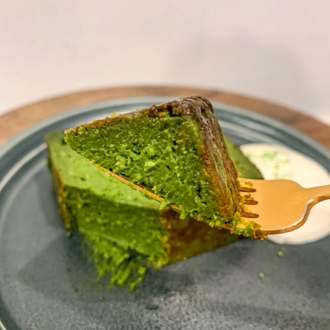 抹茶バスクチーズケーキ(持ち上げ)