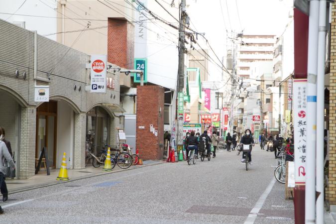 山本パン 店の前の通り
