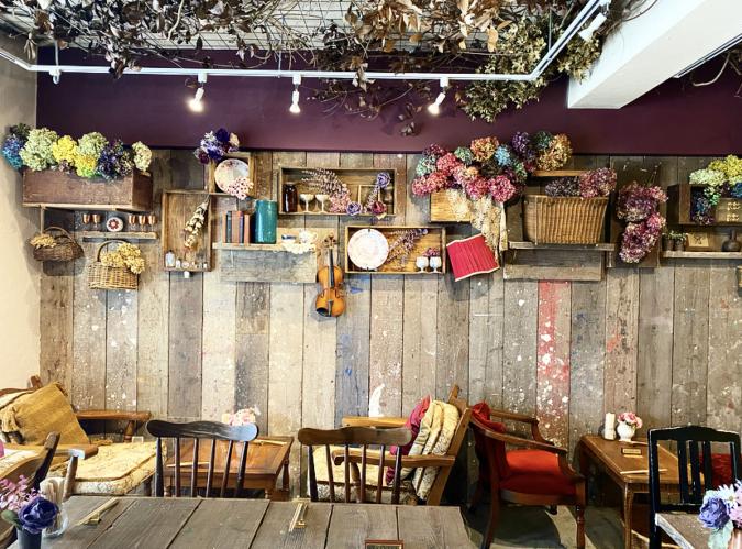 ドライフラワーとアンティーク家具で飾られた店内
