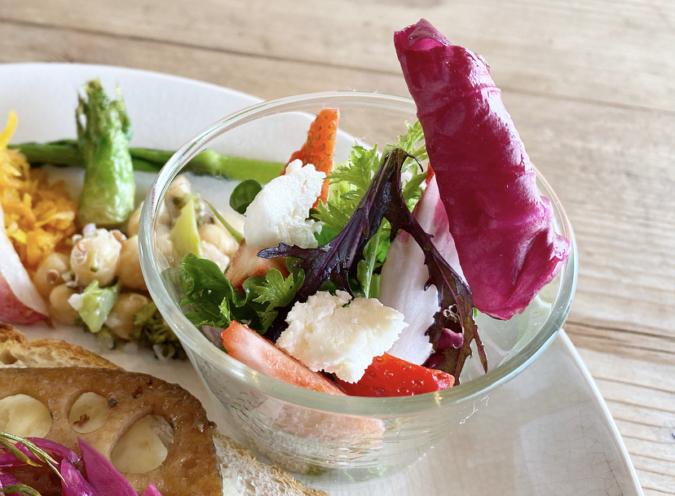 毎日のパンと喫茶 tison(チゾン) パンプレート フルーツのサラダ