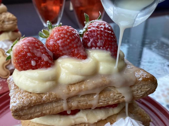 kawara CAFE&DINING FORWARD福岡パルコ 苺のさくさくミルフィーユパイ ホワイトチョコソース