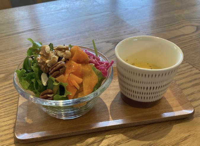 本日のランチプレートのサラダとスープ