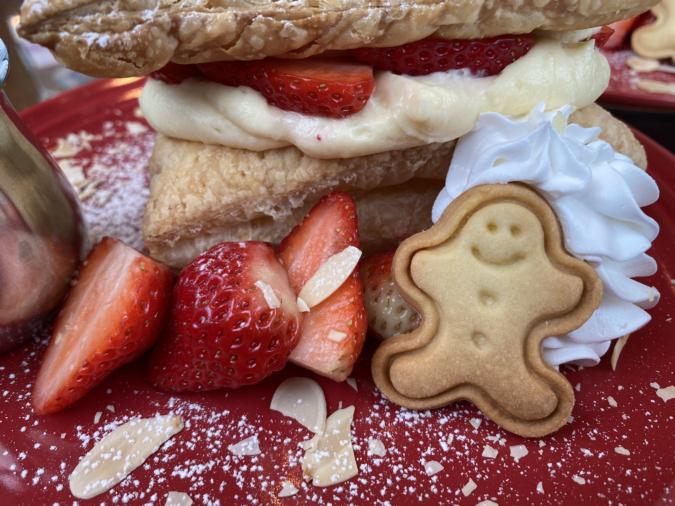 kawara CAFE&DINING FORWARD福岡パルコ 苺のさくさくミルフィーユパイ ジンジャーマンクッキー