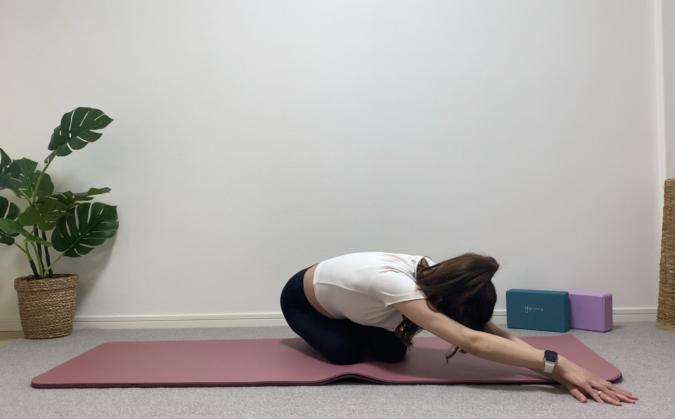 息を吐きながらお尻を手と逆の方向へ伸ばす。