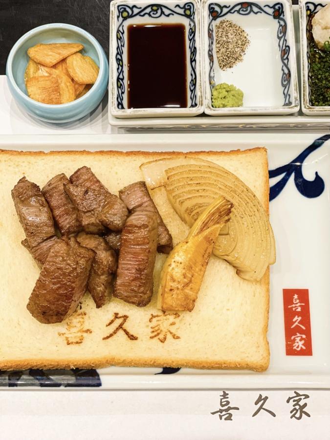 『鉄板焼 喜久家』ではステーキのお皿は食パン