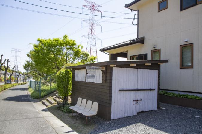 白いベンチと小さな小屋が目印