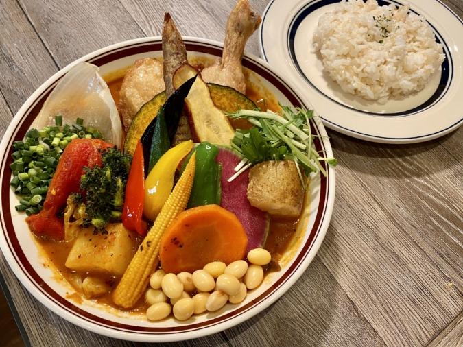 「Rojiura Curry SAMURAI.」のチキンと一日分の野菜20品目