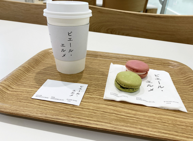 『Made in ピエール・エルメ 福岡空港』マカロンとドリンク