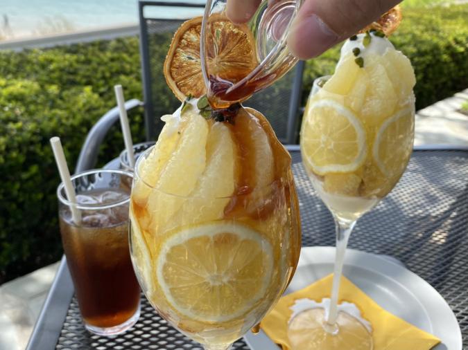 TIME伊都ハイランド店レモンパフェにシロップをかける