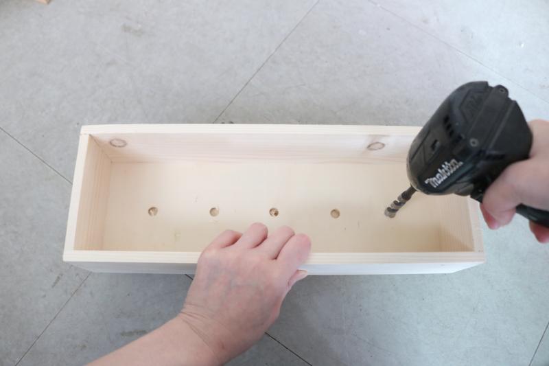 (1)ボックスの底に穴をあける