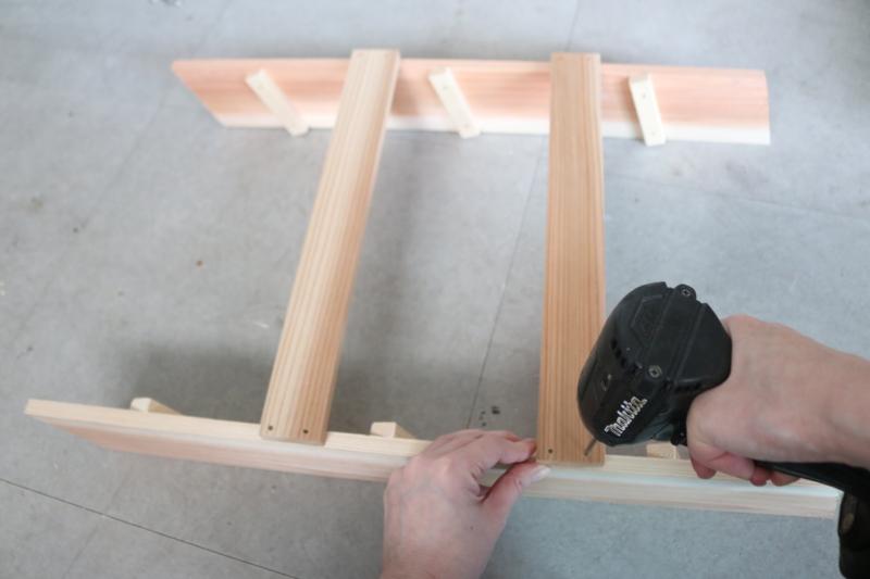 (4)(3)で作った2枚の背面に杉材Cを合わせ、ミニビス32㎜で2か所ずつ固定する。