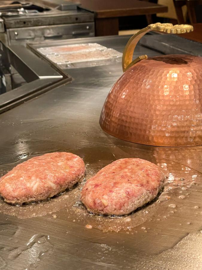 WITH THE STYLE FUKUOKA「ミディアムレア」ハンバーグを焼いているところ