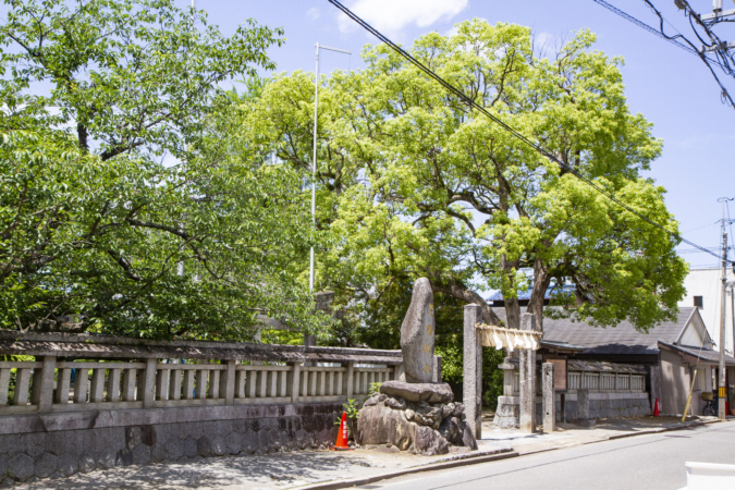 『OKUZOE SEIPAN(奥添製パン)』向かいの老松神社