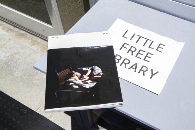 『OKUZOE SEIPAN(奥添製パン)』店頭の「LITTLE FREE LIBRARY」