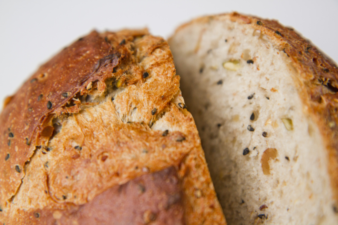 BAKERY タツヤの穀物パン断面