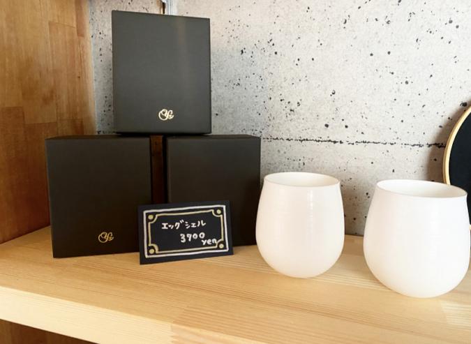 NINIは、有田焼『やま平窯元』の厚さ1mmのカップ「エッグシェル」を使用