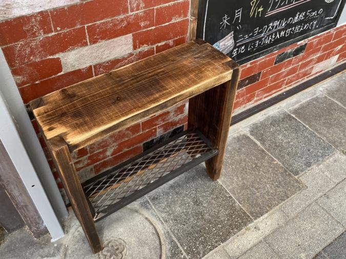 「byROOTH」店外のベンチ