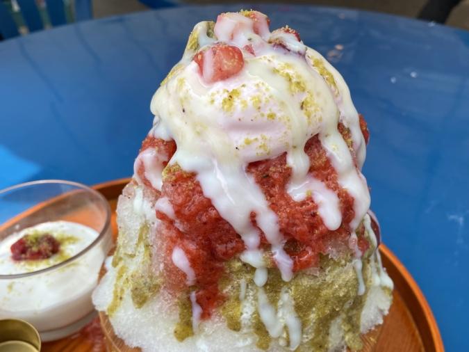 「ナツタロウ」苺とピスタチオの桶かき氷は仕上げに練乳もかけてもらえます