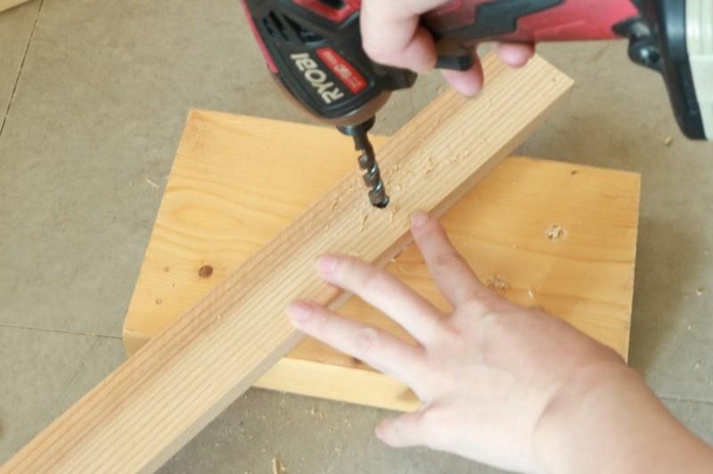 折り畳みテーブルの枠を作る。まずは板にドリルで穴をあける