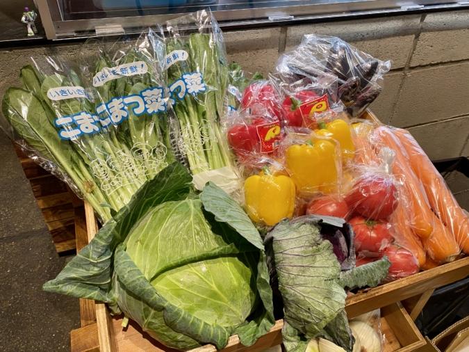「野菜を食べるカレー camp」お店の入り口には野菜が並ぶ