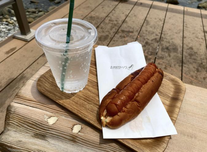 72時間熟成のソーセージを使った志賀島ドッグ。ドリンクは「炭酸水withレモン」
