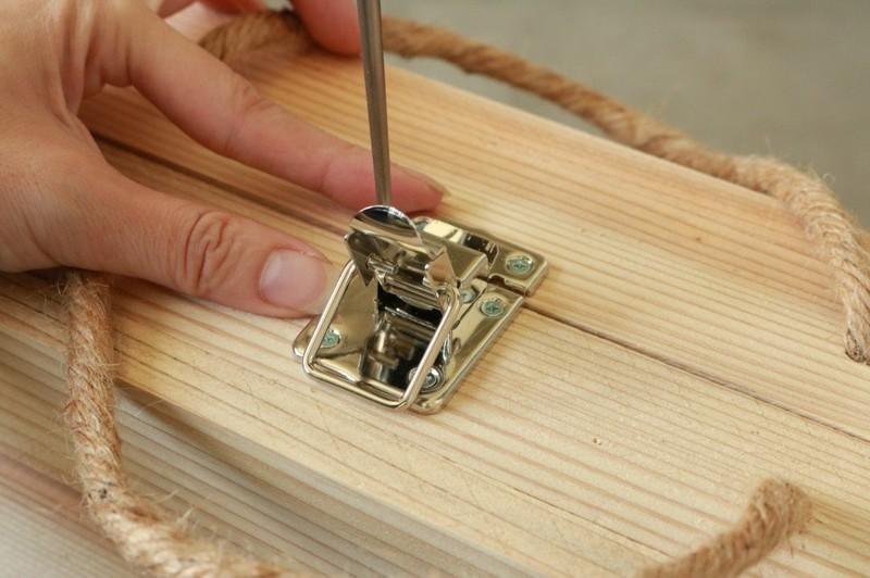 結んだ部分の真ん中にパッチンを付属のビスで固定する