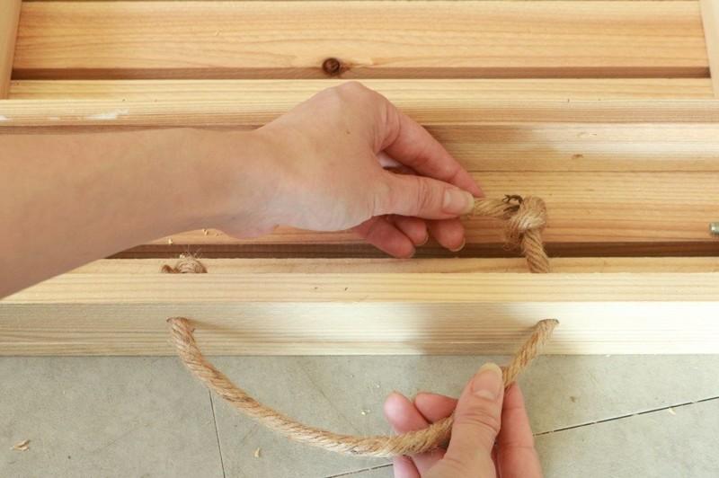 穴に麻縄を通して内側で玉結びする