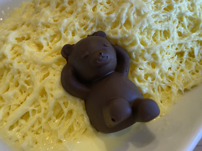 「KOGUMA CAFE.(コグマカフェ)」の糸ピンスにはくまのキュートなチョコレートが!