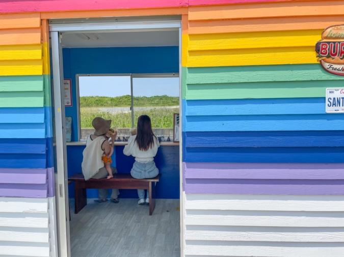 『SANTA MONICA(サンタモニカ)糸島』虹色のコンテナはオーナー作