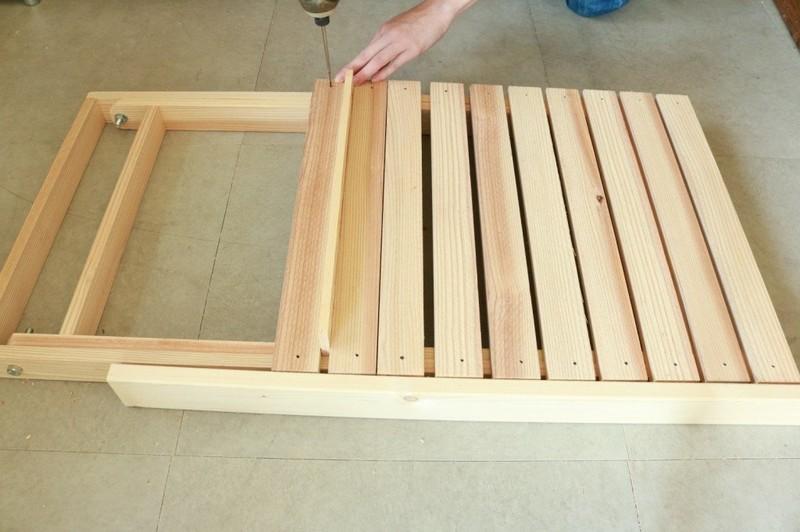 テーブル面の板をミニビスで固定していく