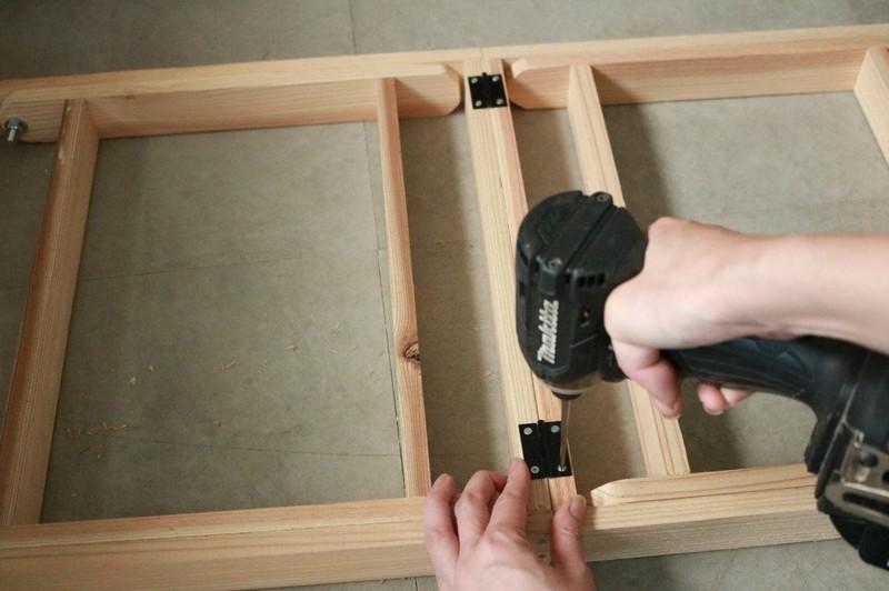 脚と枠を再度合わせ、枠側から六角ボルトとワッシャーを通し、脚側からワッシャーを通してナットで固定する