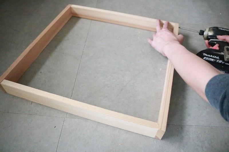 板を4か所固定して、折り畳みテーブルの枠を作る