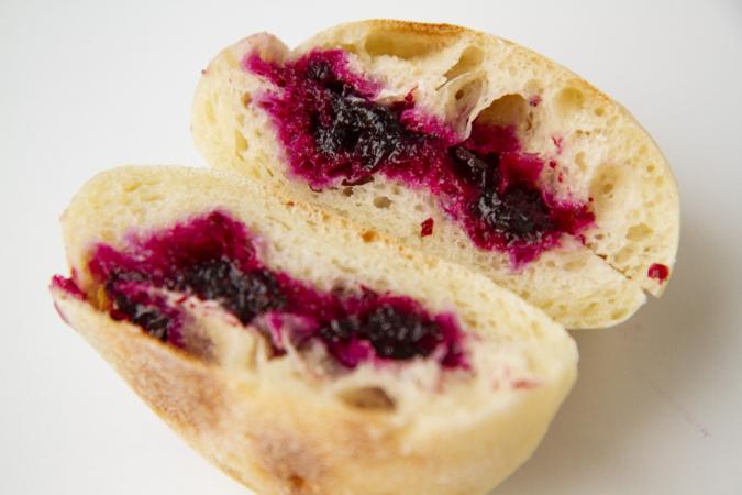 「パンとお菓子のアトリエ IKURI(イクリ)」ブルーベリーとよつ葉バターサンド断面
