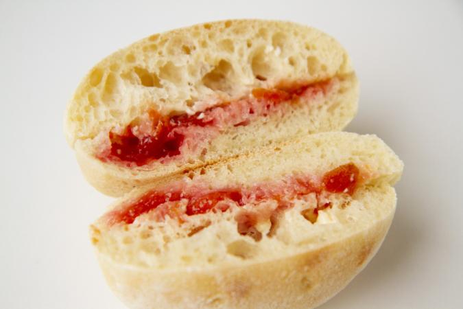 「パンとお菓子のアトリエ IKURI(イクリ)」すももとよつ葉バターサンド断面