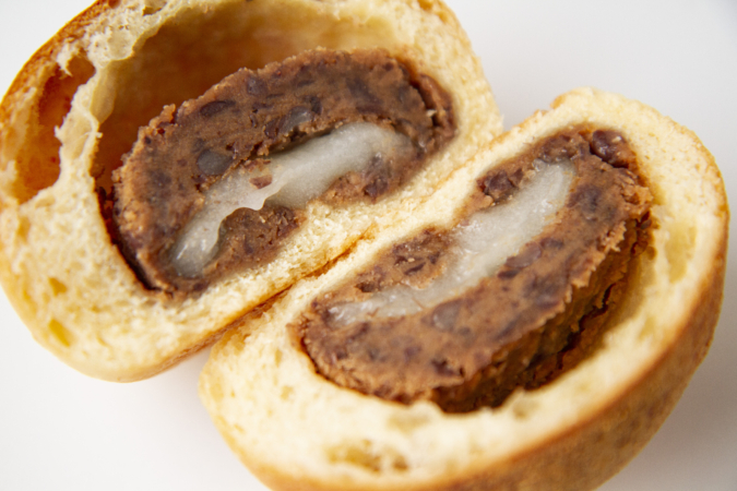 「パンとお菓子のアトリエ IKURI(イクリ)」きなこ餅あんぱん断面