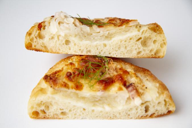 「パンとお菓子のアトリエ IKURI(イクリ)」新玉ねぎとベーコンのパン断面