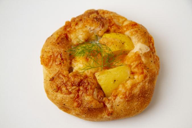 「パンとお菓子のアトリエ IKURI(イクリ)」じゃがいもとゴルゴンゾーラチーズ
