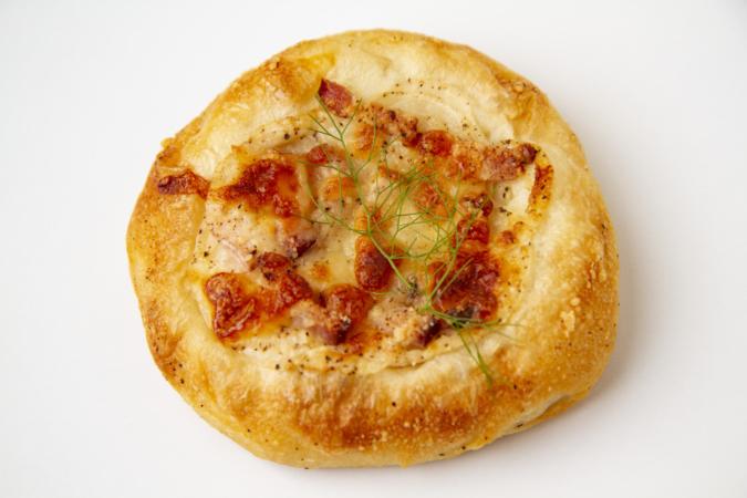 「パンとお菓子のアトリエ IKURI(イクリ)」新玉ねぎとベーコンのパン
