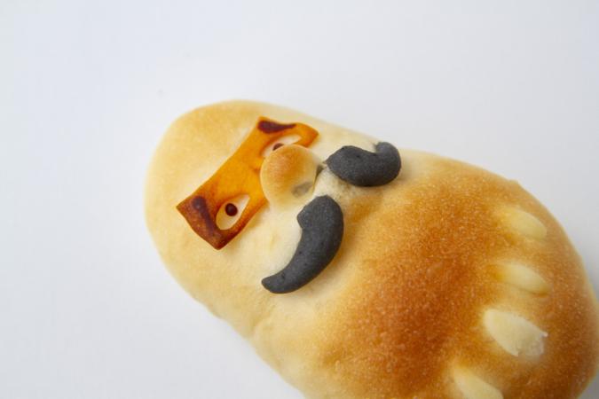 ぺったんのパン「だるま」は立派なおひげ